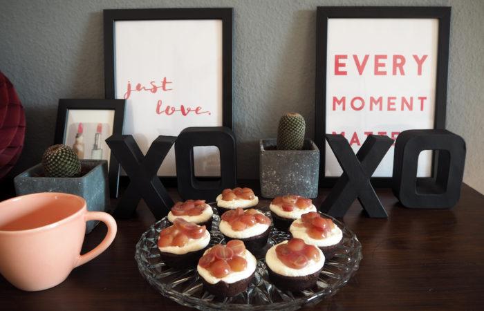 Red Velvet Cupcakes mit Trauben & Frischkäse-Frosting