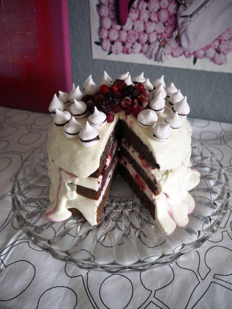 2017-02-skoen-och-kreativ-valentinstag-berry-baiser-cake (5)