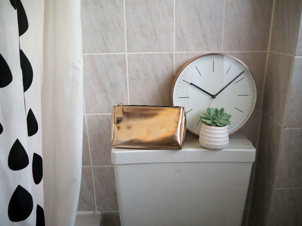 2017-09-skoen-och-kreativ-interior-badezimmer-update-how-to-style-a-small-bathroom (15)