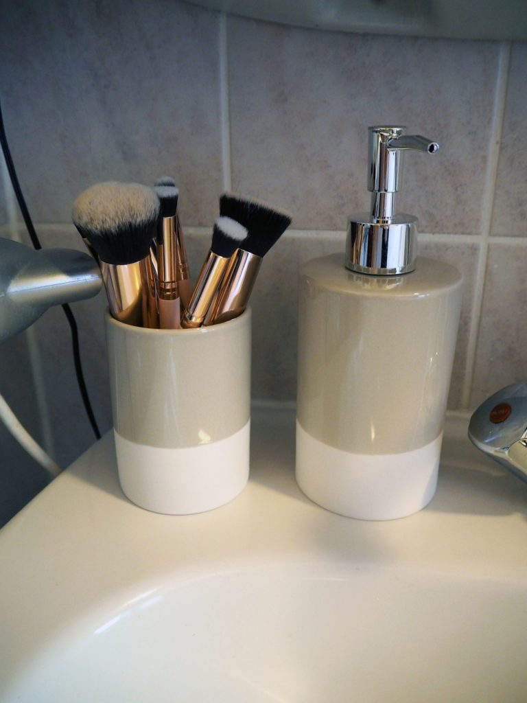 2017-09-skoen-och-kreativ-interior-badezimmer-update-how-to-style-a-small-bathroom (5)