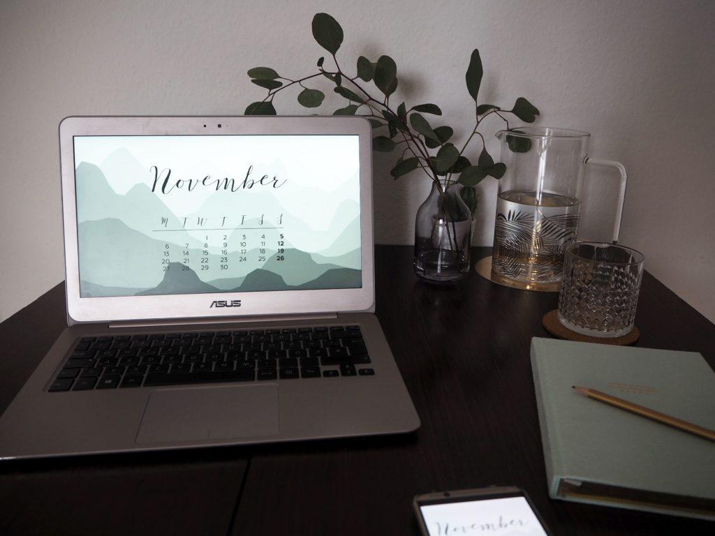 2017-10-skoen-och-kreativ-grafikdesign-free-november-wallpaper-gebirgssilhouette (5)