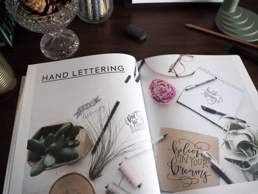 2017-11-skoen-och-kreativ-sonntagslektuere-november-hand-lettering-alphabete-frau-hoelle-buch (13)