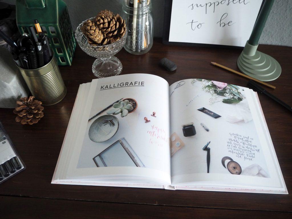 2017-11-skoen-och-kreativ-sonntagslektuere-november-hand-lettering-alphabete-frau-hoelle-buch (20)