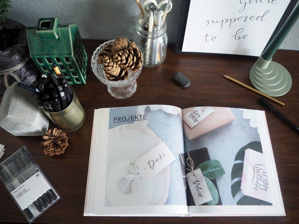 2017-11-skoen-och-kreativ-sonntagslektuere-november-hand-lettering-alphabete-frau-hoelle-buch (24)