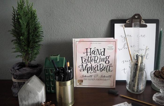 "November-Sonntagslektüre # Hand Lettering Alphabete (Das ""Frau Hölle""-Buch)"