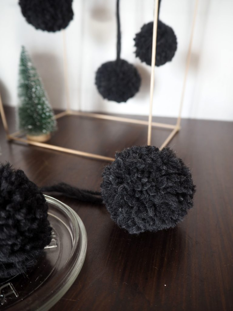 xmas in a jar 8 baumschmuck pom poms sk n och kreativ. Black Bedroom Furniture Sets. Home Design Ideas