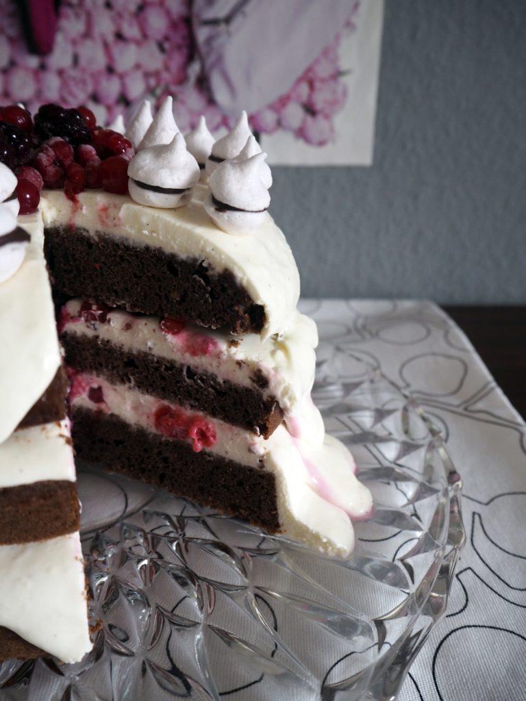 2017-02-skoen-och-kreativ-valentinstag-berry-baiser-cake (9)