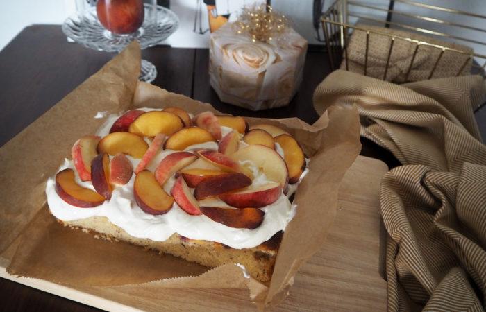 Pfirsich-Nuss-Kuchen mit Quarkcreme