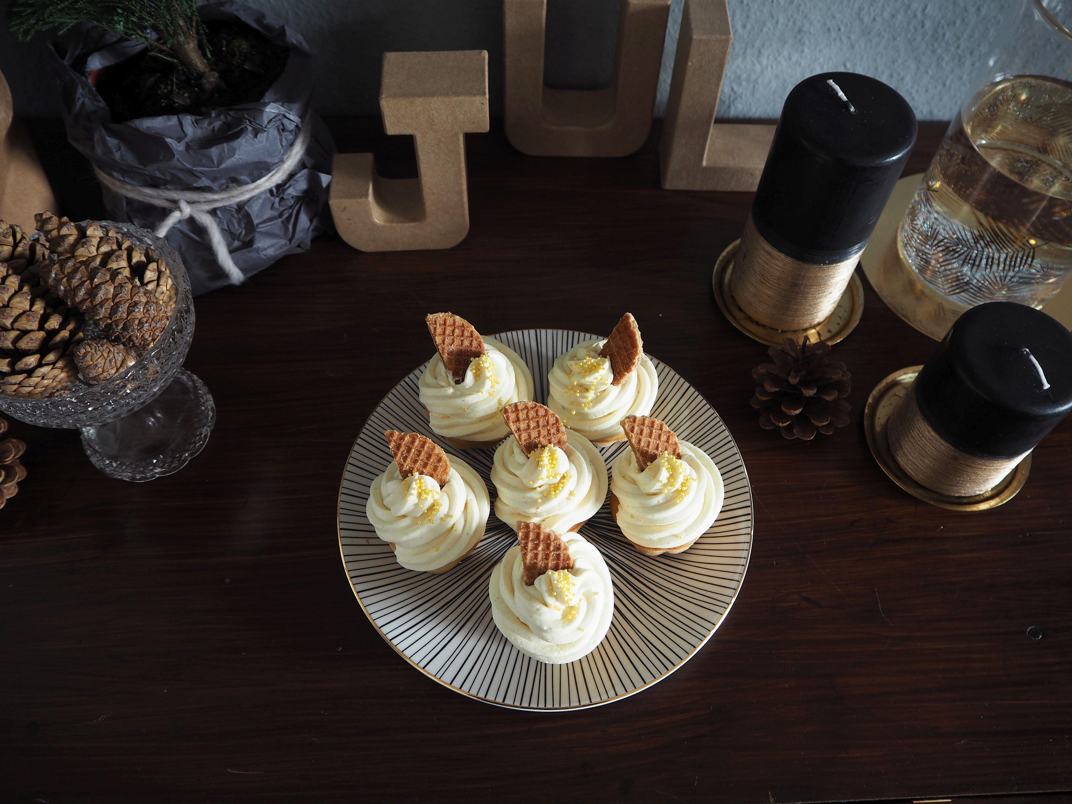2012-12-skoen-och-kreativ-food-cake-cookie-love-vanille-sekt-cupcakes (6)