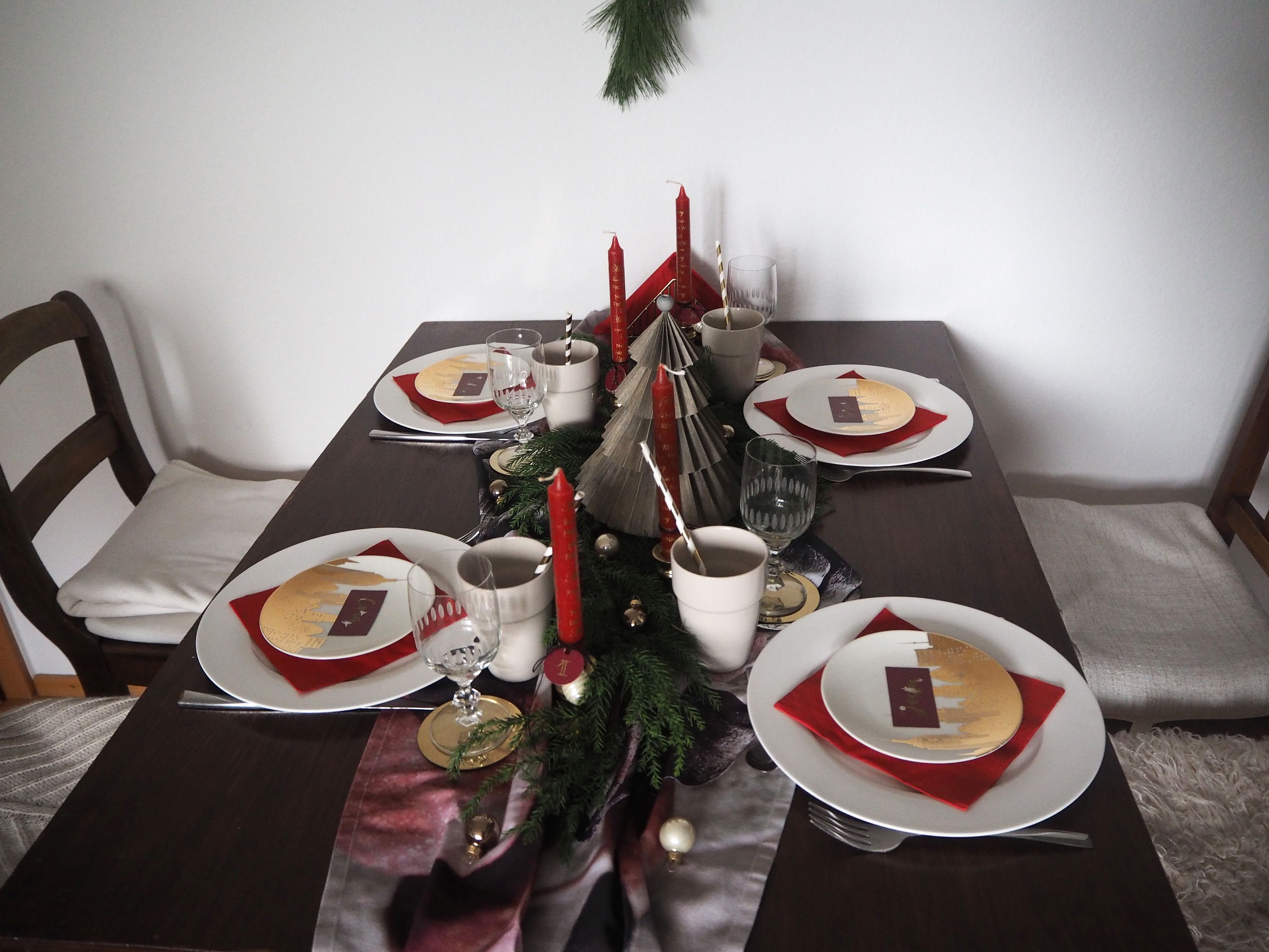 2017-12-skoen-och-kreativ-interior-tischdeko-klassisch-rot-weihnachtstisch (16)