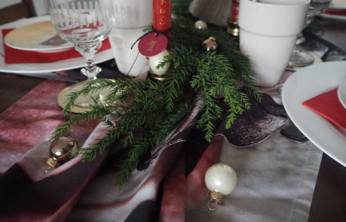 God Jul: Klassisches Rot für den Weihnachtstisch