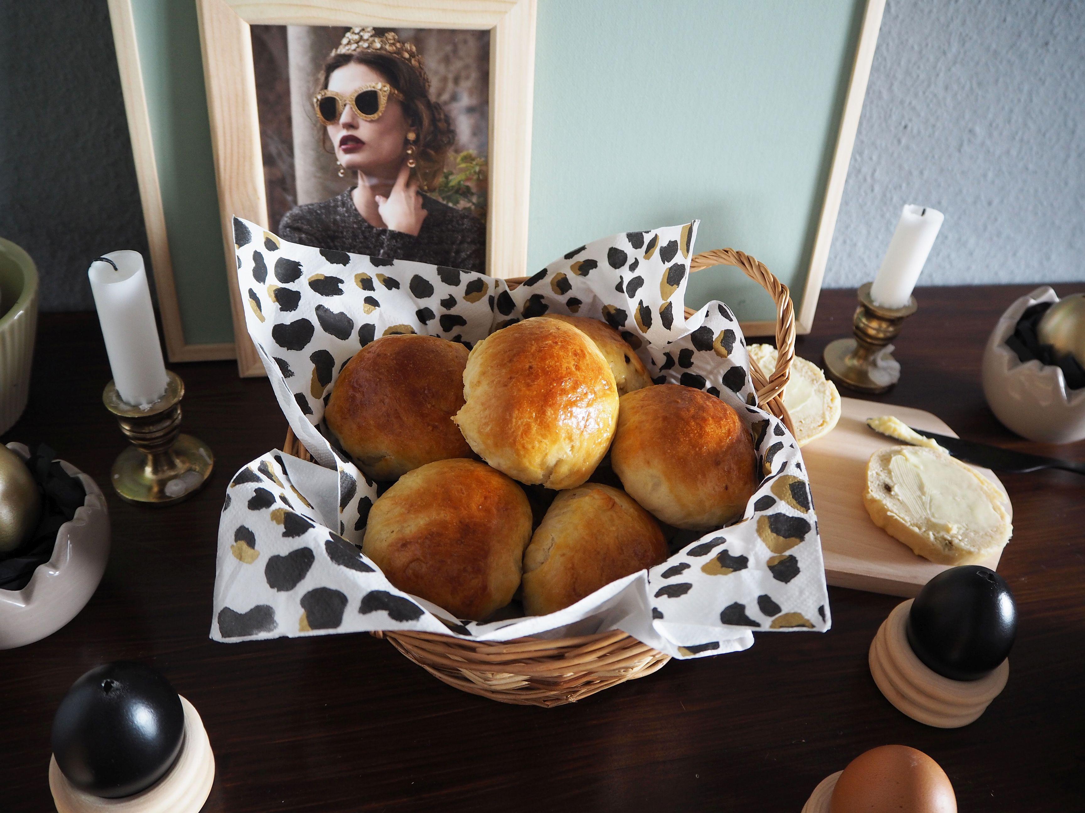 2018-03-skoen-och-kreativ-food-glad-pask-rosinenbroetchen-zu-ostern (7)