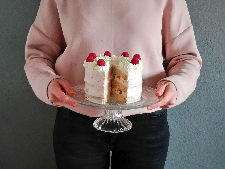 2018-04-skoen-och-kreativ-food-glad-pask-rhabarber-himbeer-toertchen-mit-crunch-zu-ostern (1)