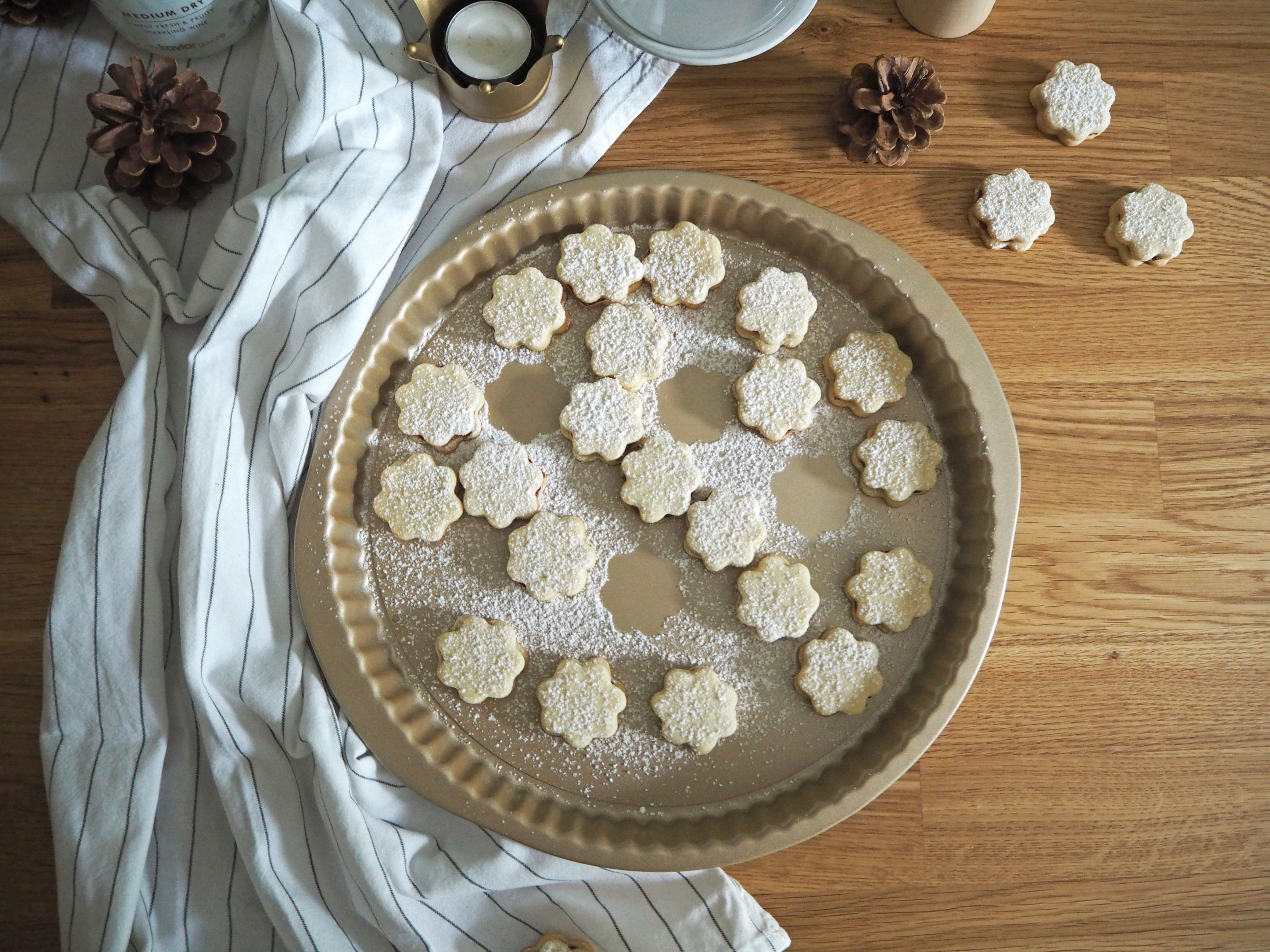 2018-skoen-och-kreativ-food-god-jul-plaetzchen-vanille-cookies-mit-marmelade (3)